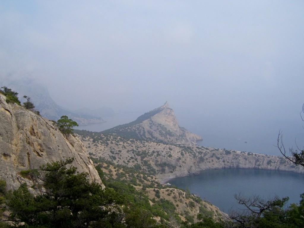 Вид с горы на побережье у Нового света завораживает