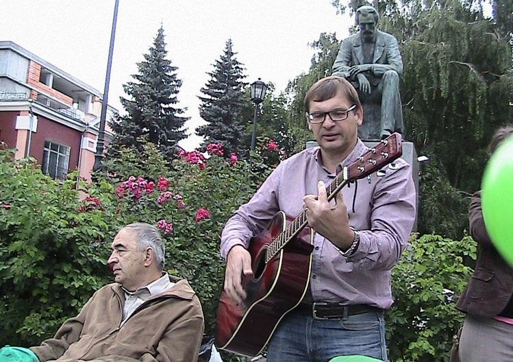 В рамках предвыборной кампании Сергей и его однопартийцы устроили у памятника Никитину концерт, посвященный яблочному спасу