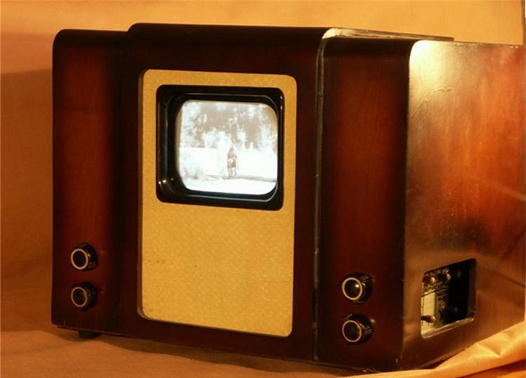 Телевизор КВН-49 имел экран 14 на 10,5 сантиметров и весил 29 килограмм