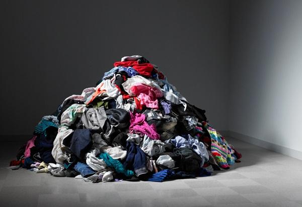 elle-pile-of-clothes-de