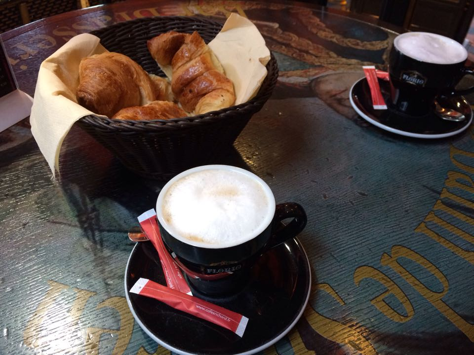 Круассаны и кофе - без этого невозможно представить Париж