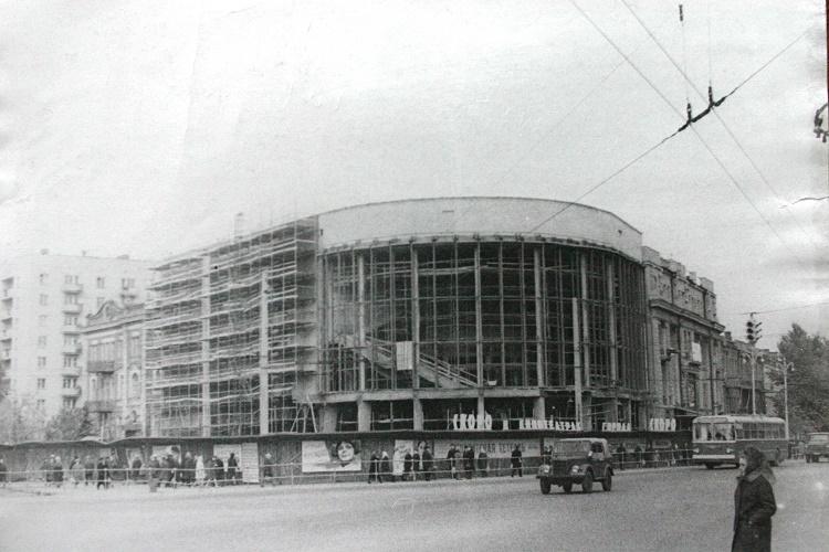 Кинотеатр Пролетарий был построен в 1914 году и назывался сначала Увечный воин. В конце 60-х к нему пристроили полукруглый наконечник
