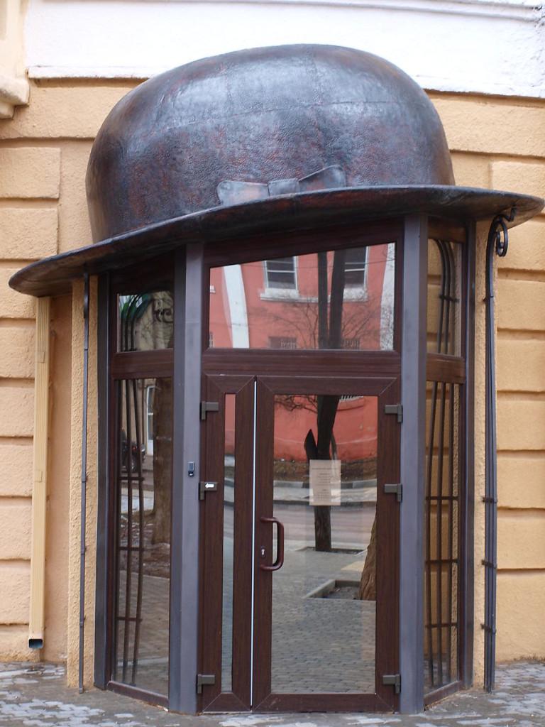 Вход в музей Есенина в Воронеже выглядит очень экстравагантно