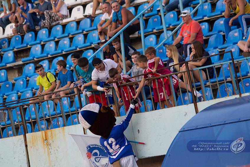 Бобёр - настоящий любимец детей на стадионе